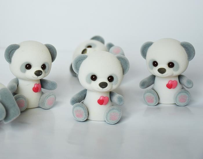 黑白脚印爱心熊